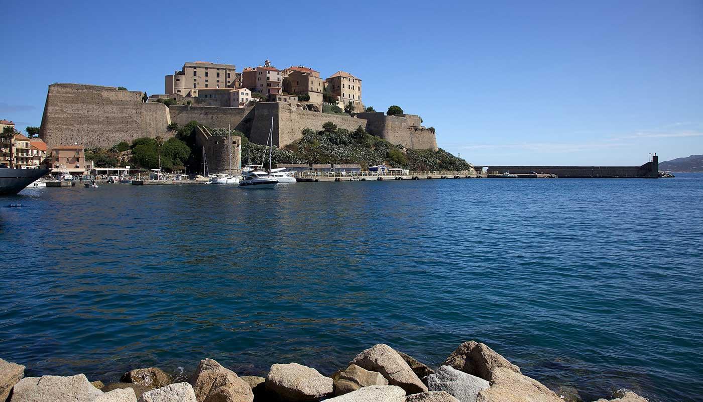 Camping à Calvi en Corse, location de bungalows et chalets - La ...